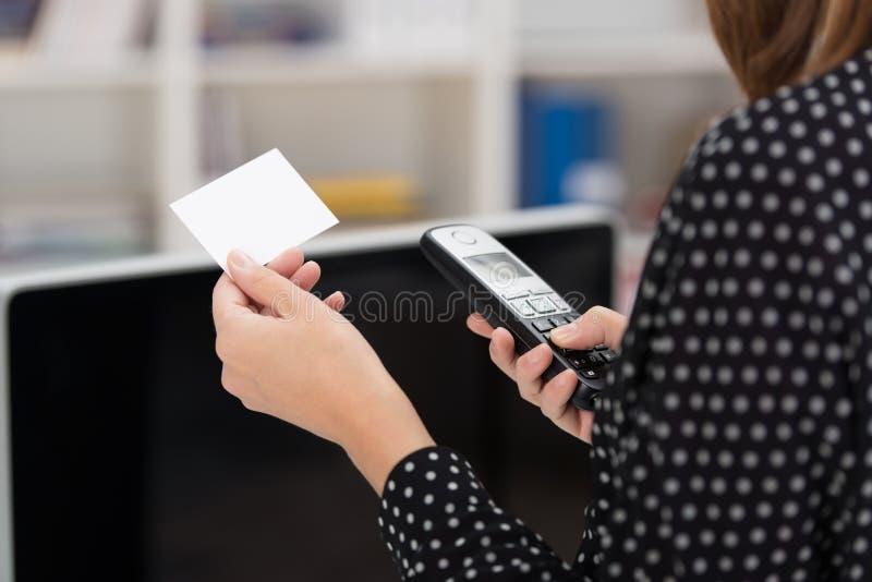 Frau, die heraus an ihrem Handy wählt lizenzfreies stockfoto