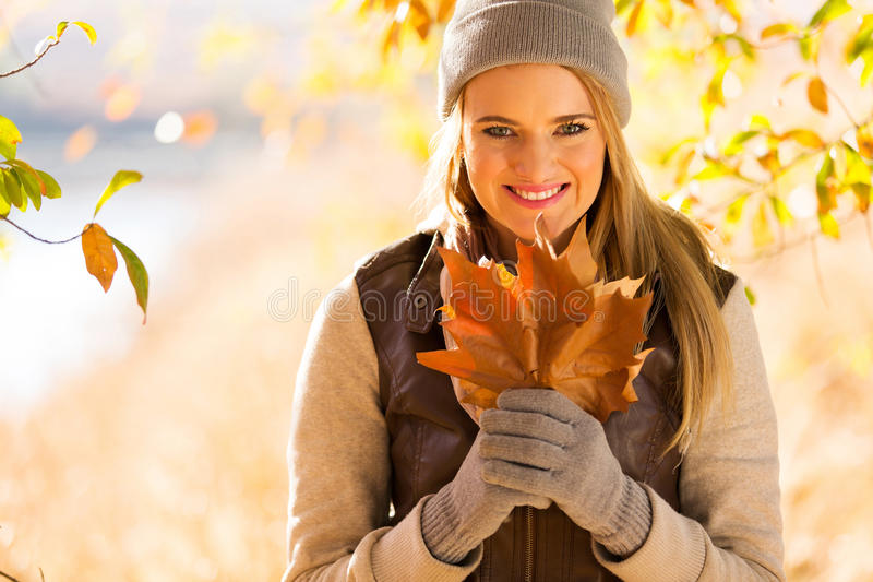 Frau, die Herbstlaub anhält lizenzfreies stockfoto