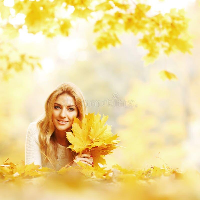 frau die in herbstpark legt stockfoto  bild von blond