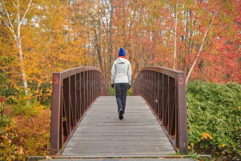 Frau, die am Herbsttag wandert stockfotos