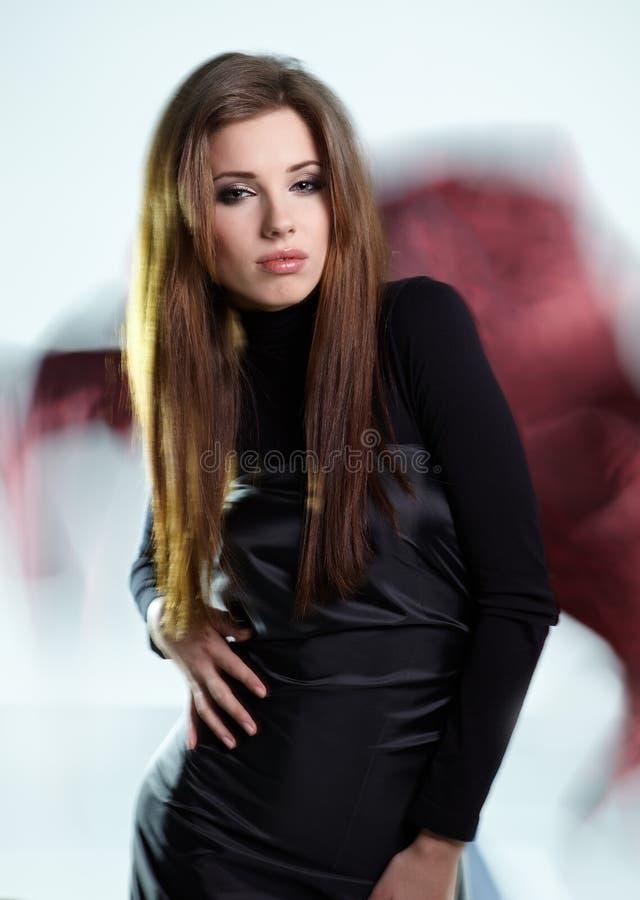 Frau, die herrliches schwarzes Kleid trägt stockbild