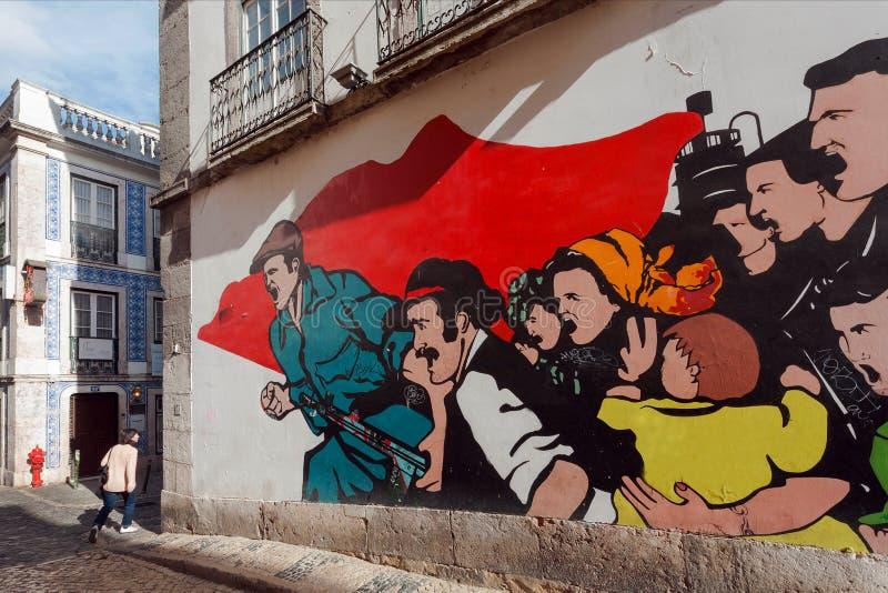Frau, die hinter Grafik der modernen Kunst auf Wand des historischen Hauses in der Hauptstadt geht stockfotos