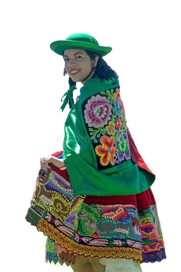 Frau, die Huayno-Tanz auf weißem Hintergrund tanzt stockfoto