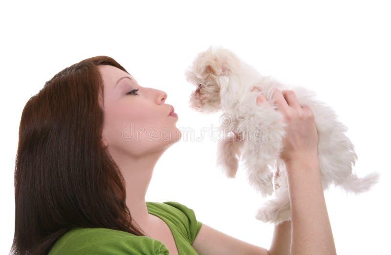 Frau, die Hund küßt lizenzfreie stockbilder