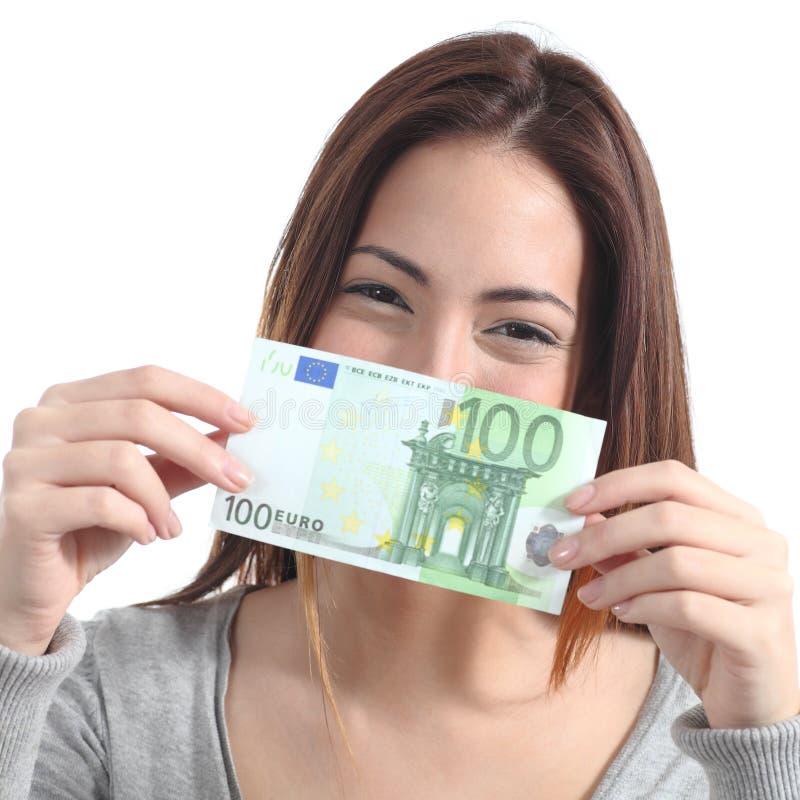 Frau, die hundert Eurobanknote zeigt stockbild
