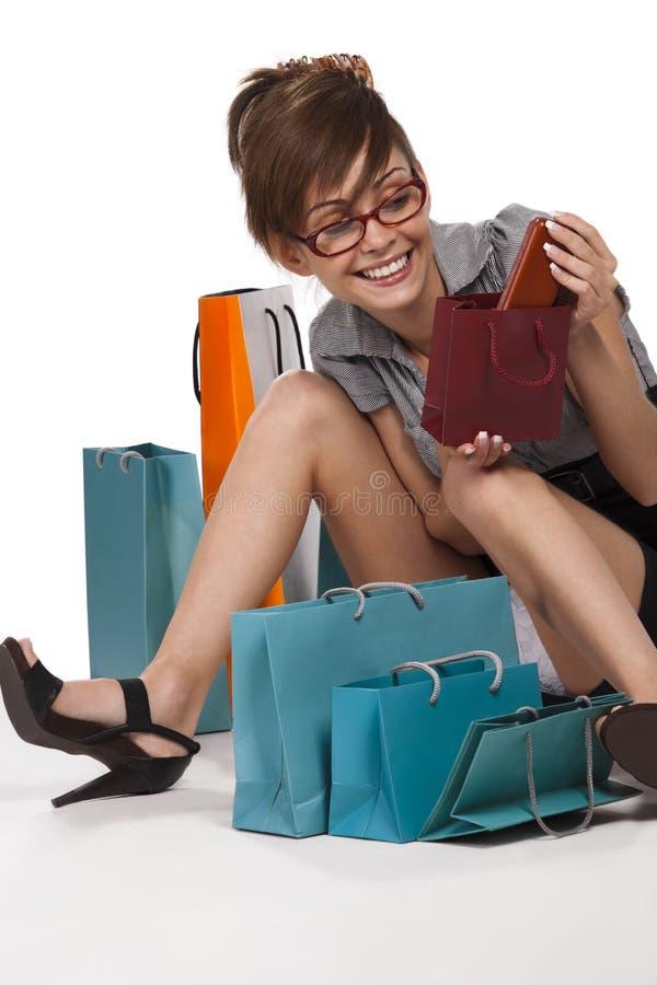 Frau, die ihr Einkaufen bewundert lizenzfreie stockbilder