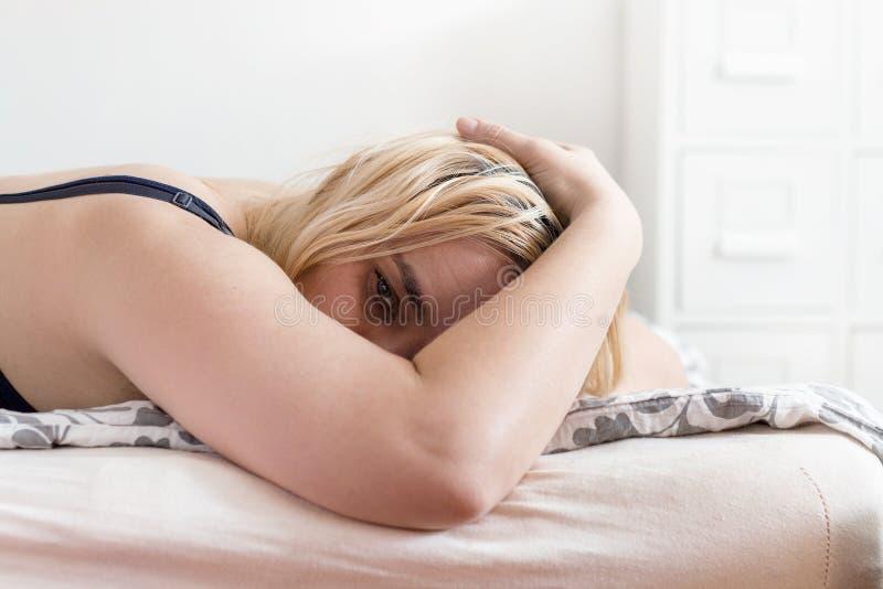 Frau, die ihr Gesicht im Leid bedeckt stockfotos