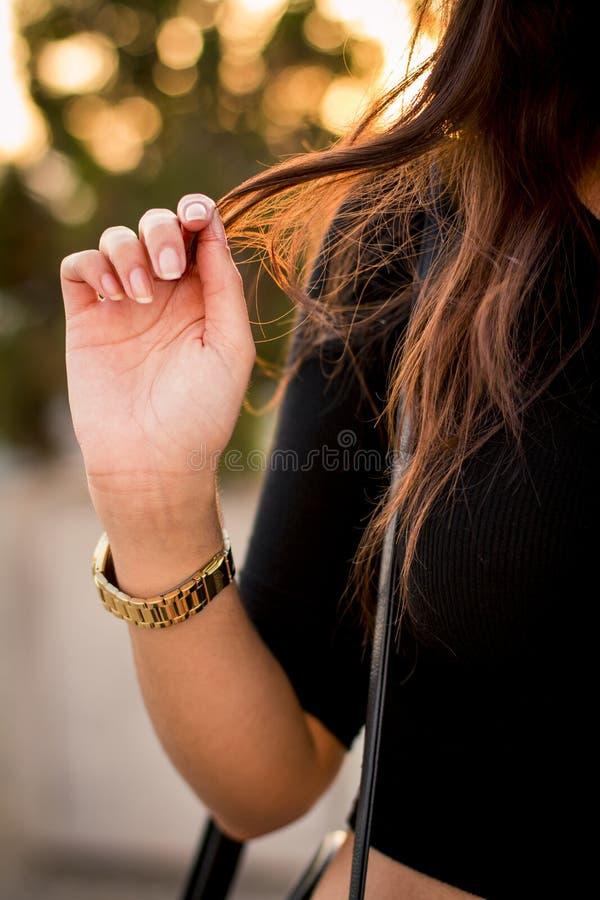 Frau, Die Ihr Haar Berührt Kostenlose Öffentliche Domain Cc0 Bild