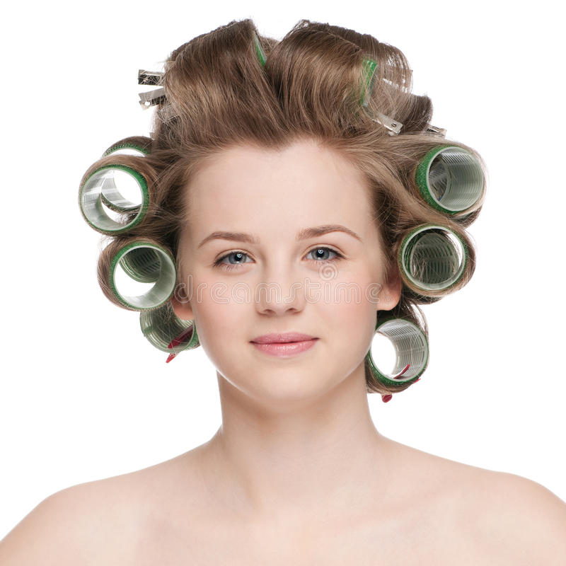 Frau, die ihr Haar mit Rolle kräuselt lizenzfreie stockfotos
