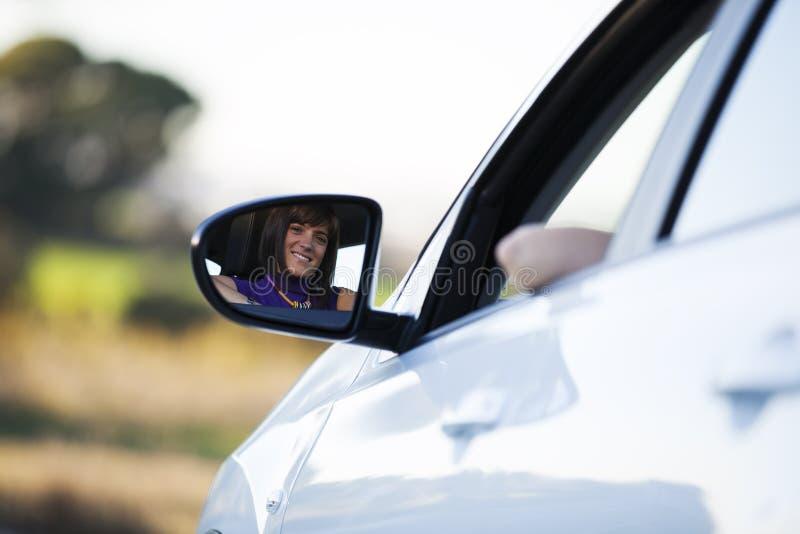 Frau, die ihr neues Auto antreibt lizenzfreies stockfoto