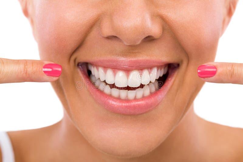 Frau, die ihr perfekte Zähne zeigt stockbilder