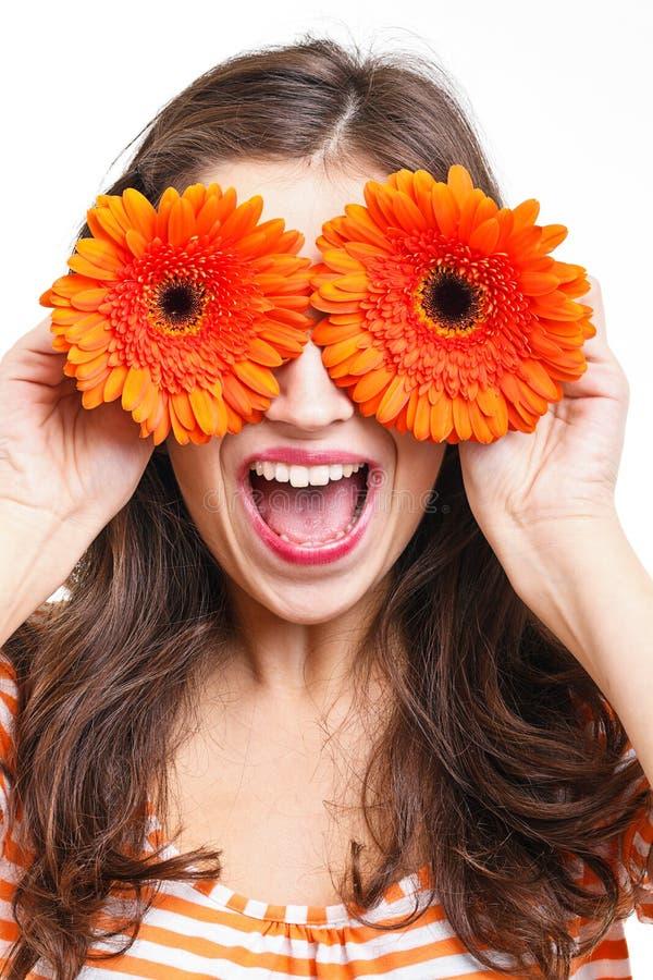 Download Frau, Die Ihre Augen Mit Blumen Abdeckt Stockfoto - Bild von nave, mädchen: 27729808