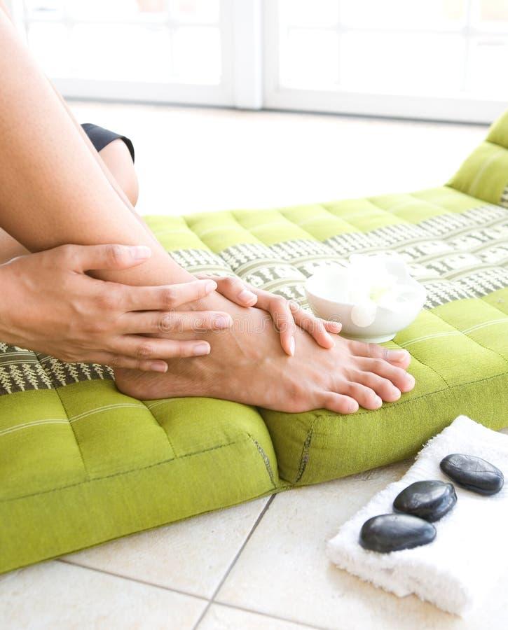 Frau, die ihre Füße verwöhnt lizenzfreies stockbild