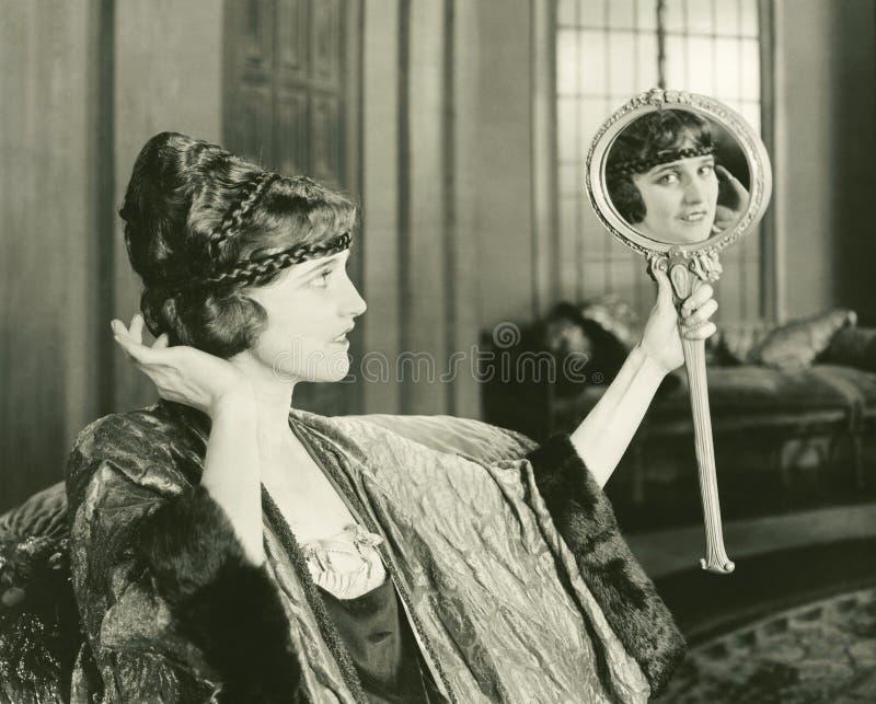 Frau, die ihre Frisur bewundert stockfotos