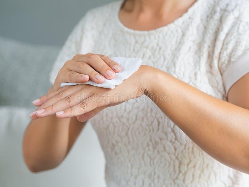 Frau, die ihre Hände mit einem Gewebe säubert Gesundheitswesen und medizinisches c lizenzfreie stockfotografie
