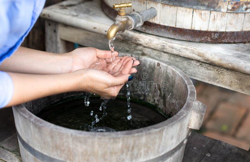 Frau, die ihre Hand unter fließendem Wasser wäscht lizenzfreie stockfotos