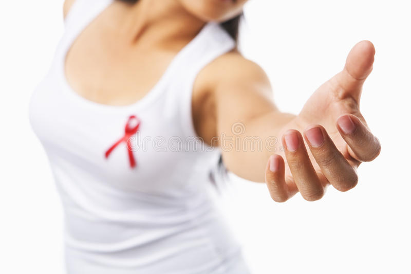Frau, die ihre Hand zum Support für AIDS-Ursache gibt stockfoto