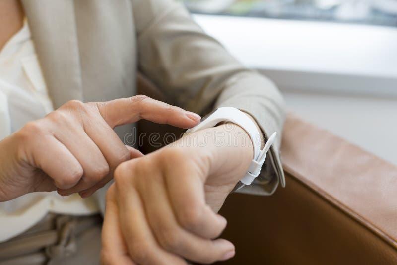 Frau, die ihre intelligente Uhr-APP verwendet Nahaufnahmehände lizenzfreies stockfoto