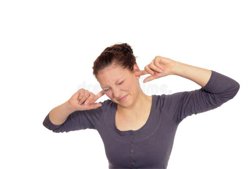 Frau, die ihre Ohren zu anhält lizenzfreie stockfotografie