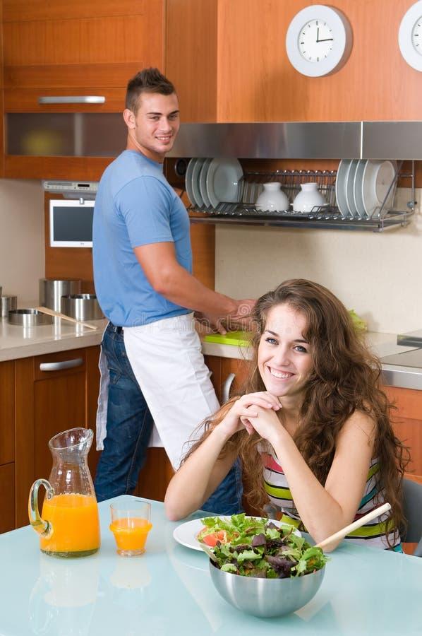 Frau, die ihre Salat- und Manreinigung genießt lizenzfreies stockfoto