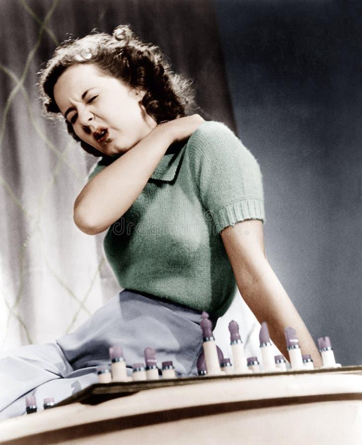 Frau, die ihre Schulter in den Schmerz hält (alle dargestellten Personen sind nicht längeres lebendes und kein Zustand existiert  stockbilder