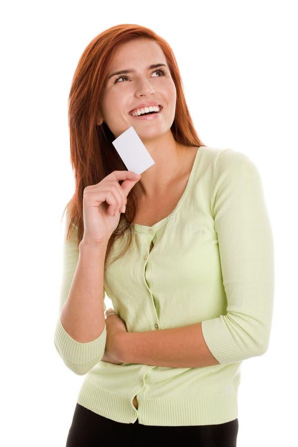 Frau, die ihre Visitenkarte hält stockfoto