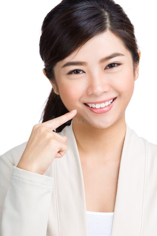 Frau, die ihre Zähne zeigt lizenzfreies stockbild