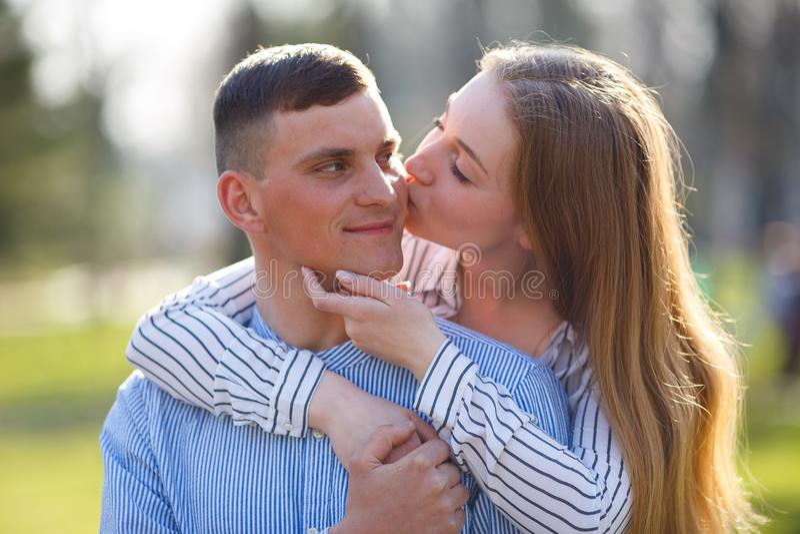 Frau, die ihren Freund umarmt und küsst stockfotos