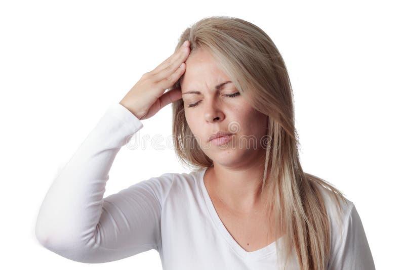 Frau, die ihren Kopf lokalisiert auf weißem Hintergrund hält Kopfschmerzen stockbild