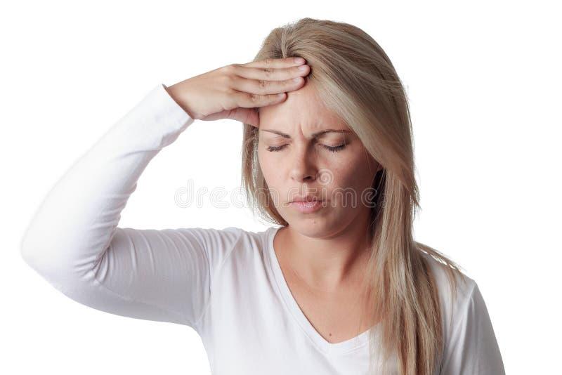 Frau, die ihren Kopf lokalisiert auf weißem Hintergrund hält Kopfschmerzen stockbilder