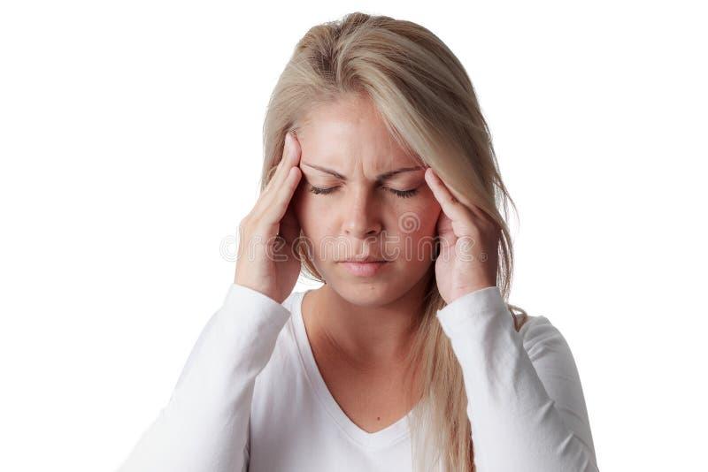 Frau, die ihren Kopf lokalisiert auf weißem Hintergrund hält Kopfschmerzen lizenzfreies stockfoto