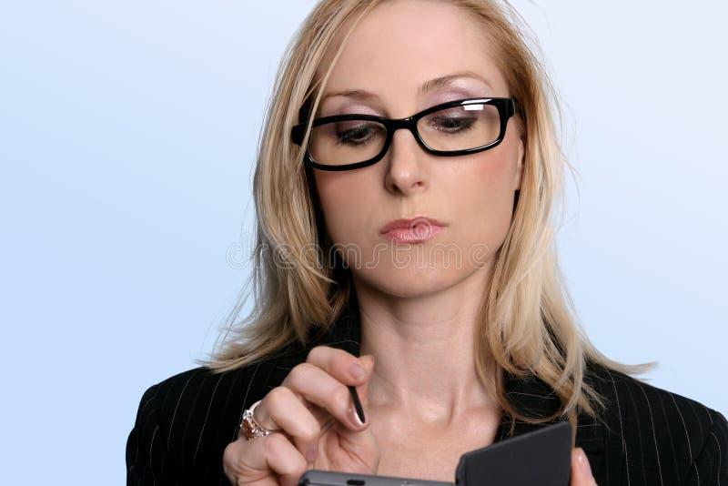 Frau, die ihren Organisator verwendet stockfotos
