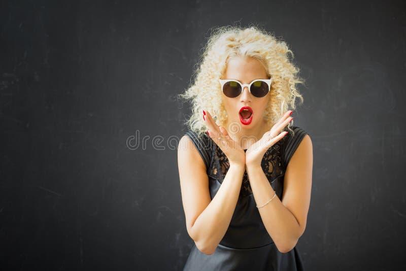 Frau, die ihren Schock zeigt stockfotografie