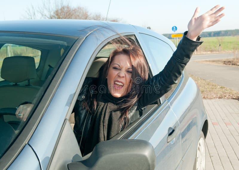 Frau, die im Auto schreit stockbilder