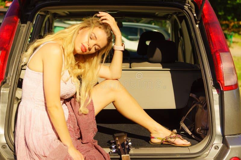 Frau, die im Auto sich entspannt stockbilder