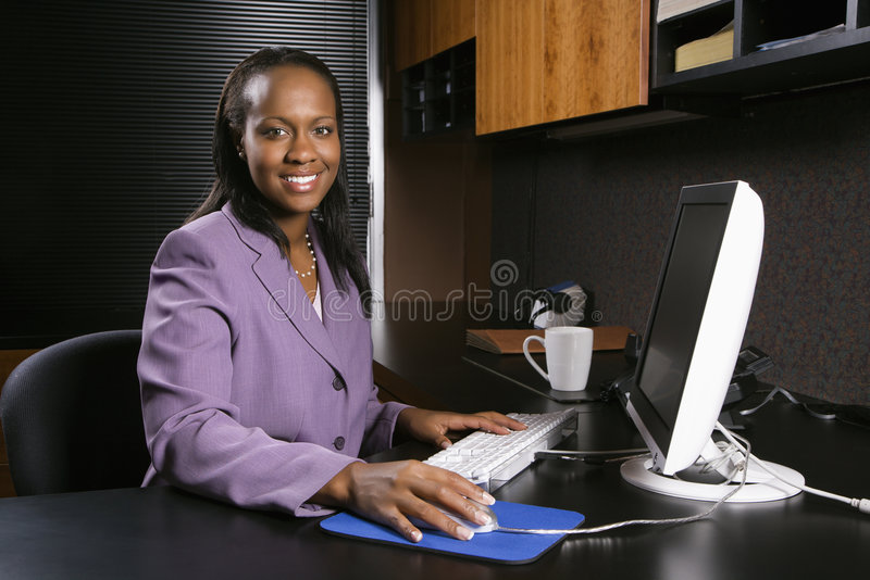 Frau, die im Büro arbeitet stockfotos