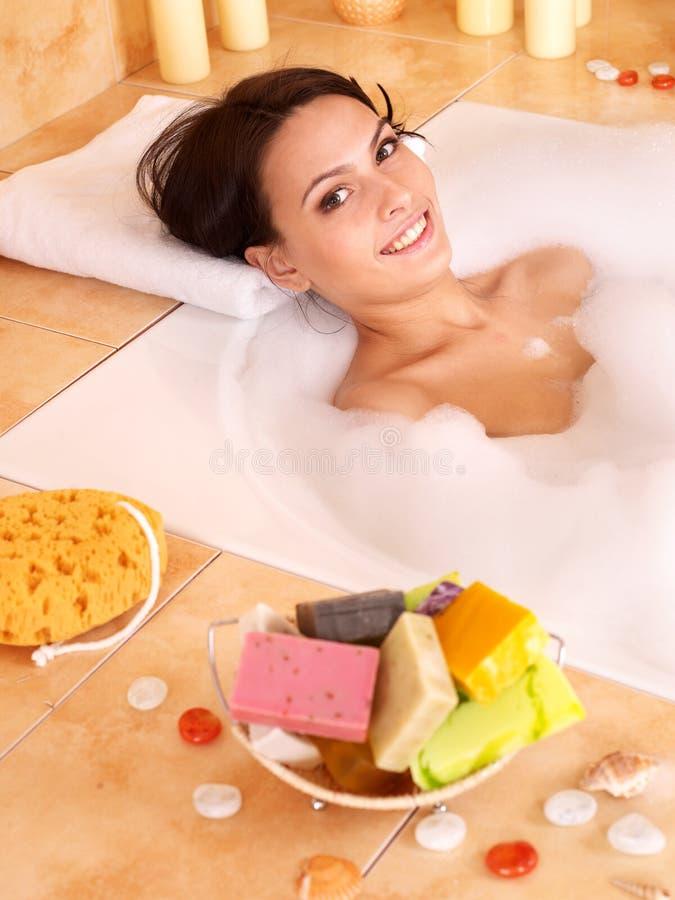 Frau, die im Bad sich entspannt. lizenzfreie stockbilder