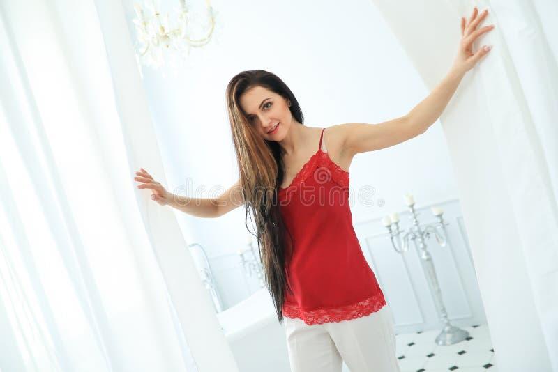 Frau, die im Badezimmer aufwirft stockfoto