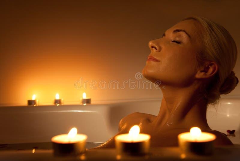 Frau, die im Badezimmer sich entspannt lizenzfreie stockfotografie