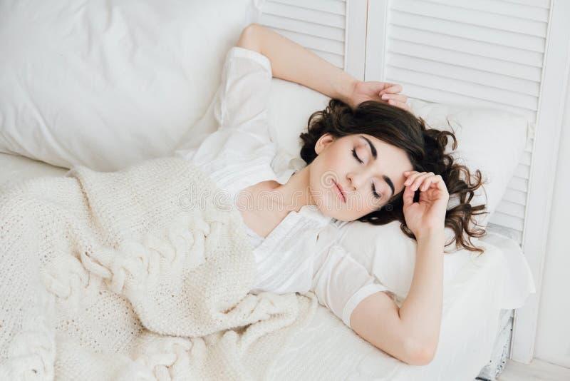 Frau, die im Bett schläft lizenzfreies stockbild