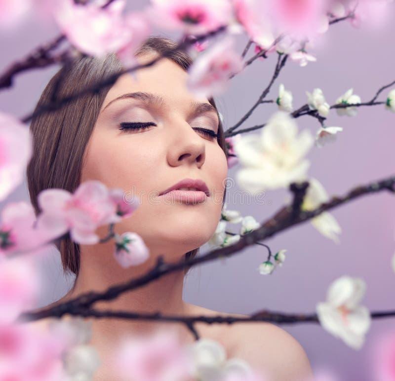 Frau, die im Frühjahr genießt lizenzfreie stockfotografie