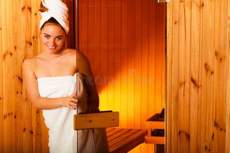 Frau, die im hölzernen Saunaraum sich entspannt stockfotos