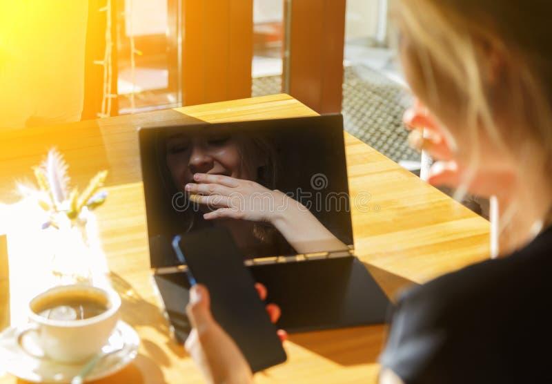 Frau, die im Kaffee stillsteht Mädchen, das Laptop und Smartphone verwendet und Soziales Netz plaudert lizenzfreie stockfotos