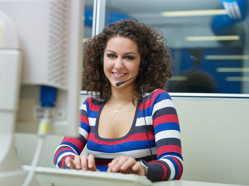 Frau, die im Kundenkontaktcenter arbeitet lizenzfreies stockbild