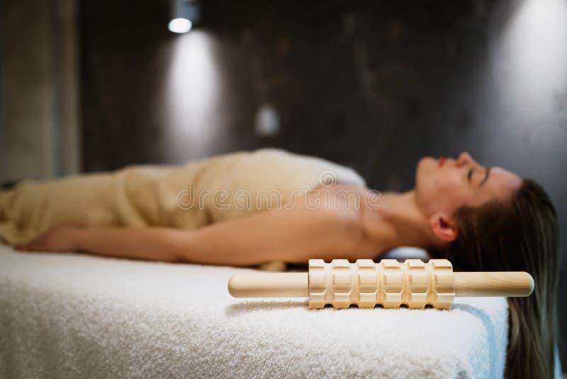 Frau, die im Massageraum sich entspannt stockfoto