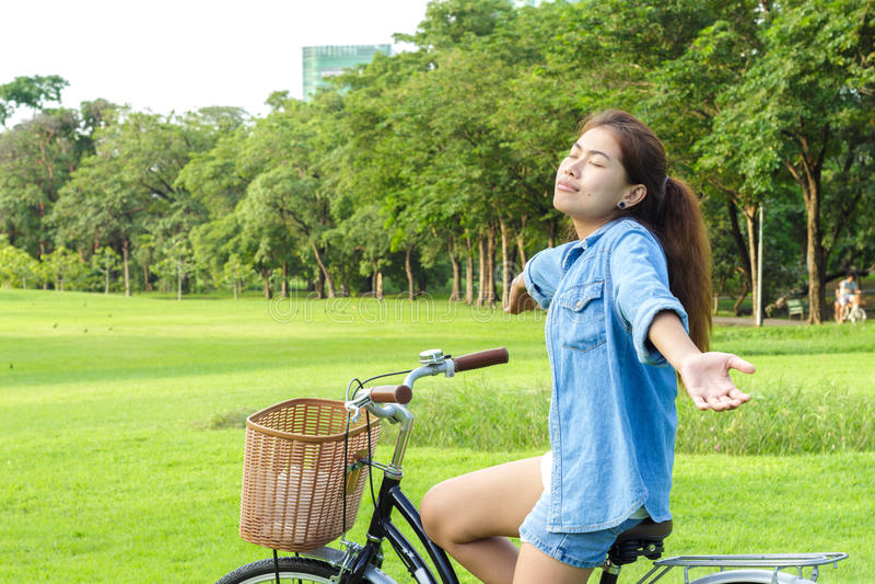 Frau, die im Park am Sommertag frisch sich fühlt lizenzfreies stockfoto