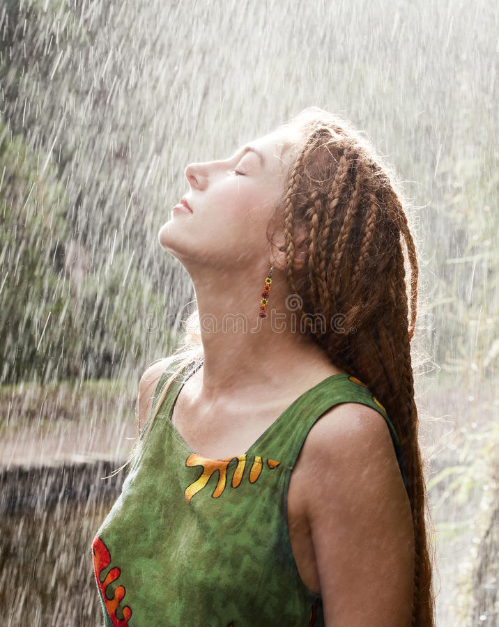 Frau, die im Regen erneuert stockbild