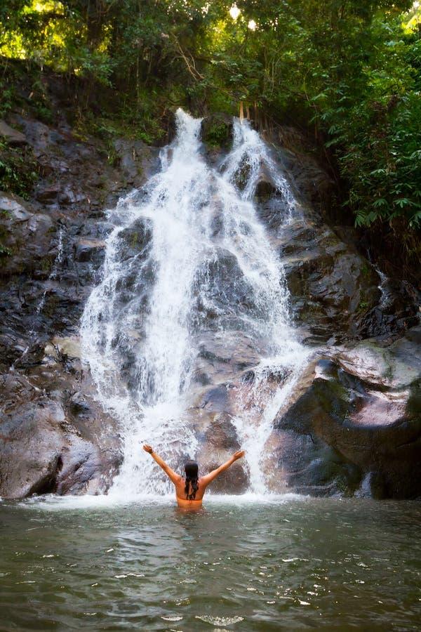 Download Frau, Die Im Schönen Wasserfall Sich Erneuert Stockfoto - Bild von attraktiv, nebenfluß: 27832992