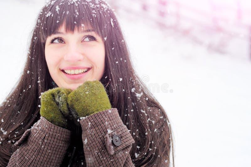 Frau, die im Schneeportrait lächelt lizenzfreie stockbilder