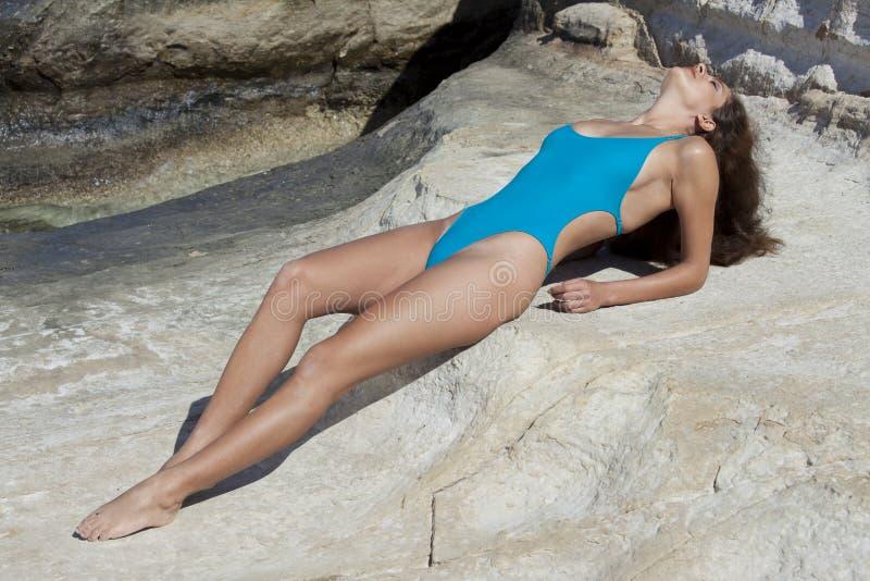Frau, die im sexy Badeanzug ein Sonnenbad nimmt lizenzfreies stockfoto